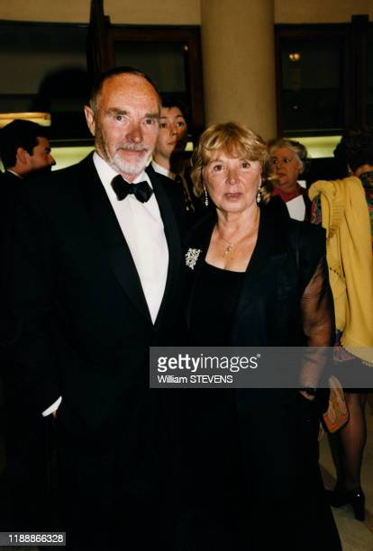 Pierre Vaneck et sa femme à leur arrivée à la 'XIe Nuit des Molières' à Paris France le 12 mai 1997