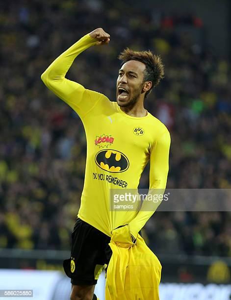 PierreEmerick Aubameyang jubelt über sein Tor mit Batman Shirt Fussball Bundesliga Borussia Dortmund FC Schalke 04 32