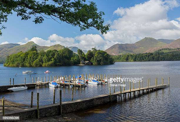 piers and boats on edge of derwentwater in english lake district, england, uk in early morning - derwent water - fotografias e filmes do acervo