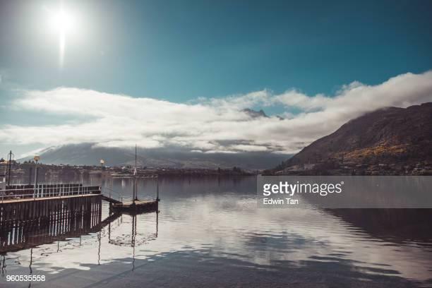 pieren bij Meerzicht van queens-gemeente Nieuw-Zeeland in de ochtendzon