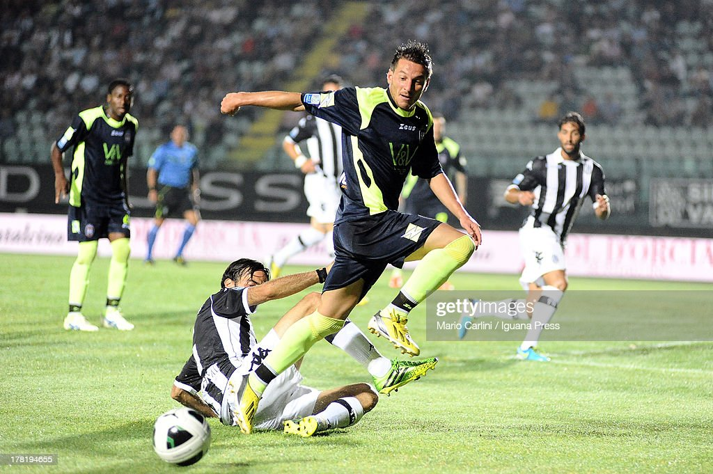Pietro De Giorgio # 10 of FC Crotone ( R ) competes the ball with Hernan Delllafiore # 5 of AC Siena (L ) during the Serie B match between AC Siena and FC Crotone at Stadio Artemio Franchi on August 24, 2013 in Siena, Italy.