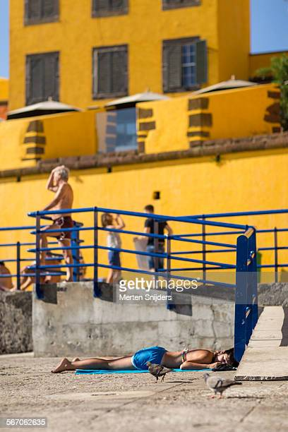 pigeons and sunbathers at fortress - merten snijders stock pictures, royalty-free photos & images