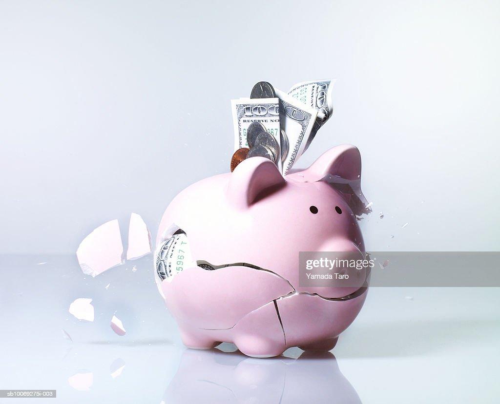 Piggy bank exploding, close-up : Stockfoto