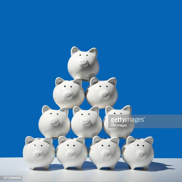 piggy bank pyramid - ersparnisse stock-fotos und bilder