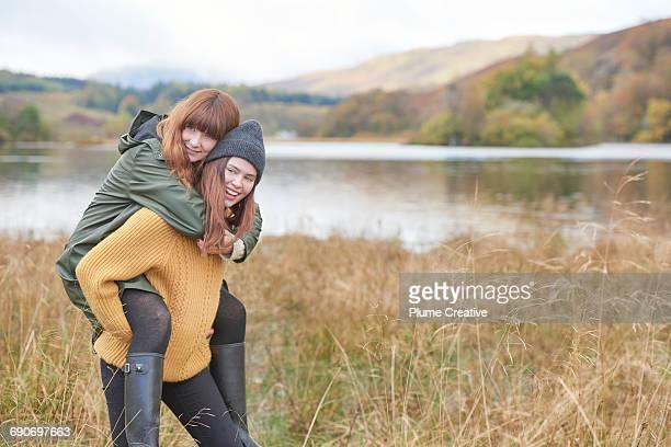 piggyback ride - gummistiefel frau stock-fotos und bilder
