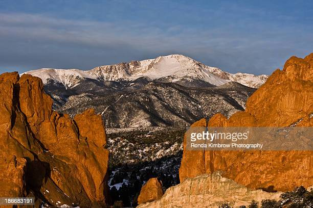 pikes peak at garden of the gods in colorado spr - garden of the gods stock photos and pictures