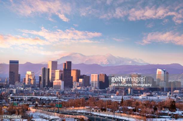 pikes peak in denver cityscape - denver photos et images de collection