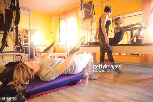 Classe de Pilates avec entraîneur