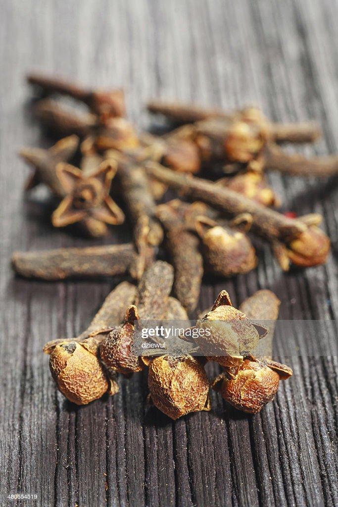 Pila clavo de olor sobre fondo de madera : Foto de stock
