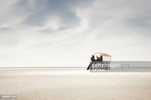 pile dwelling on the beach, sankt peter-ording, nordfriesland, schleswig-holstein, germany - sankt peter ording stock-fotos und bilder