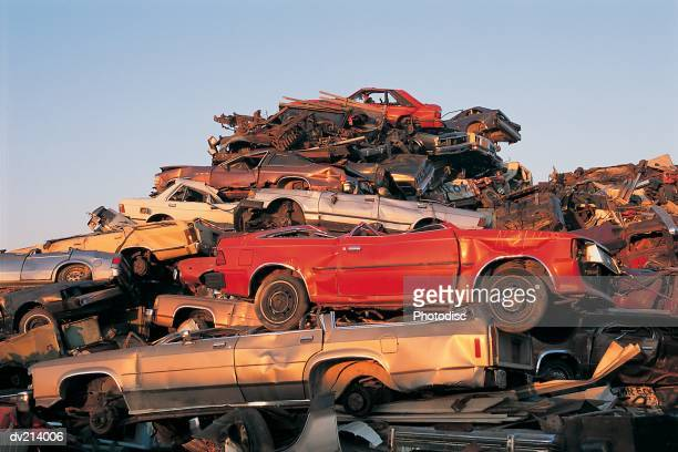 pile of cars in junkyard - ferro velho imagens e fotografias de stock