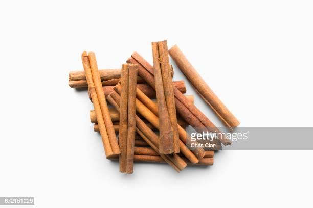 pile of cinnamon sticks - canelo fotografías e imágenes de stock