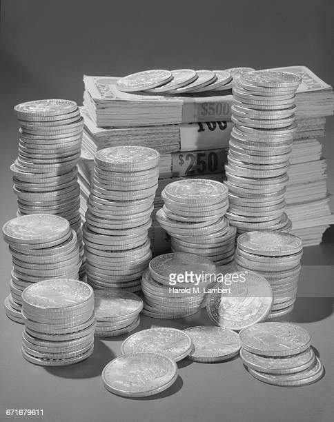 pile of coins and note - {{relatedsearchurl(carousel.phrase)}} stock pictures, royalty-free photos & images