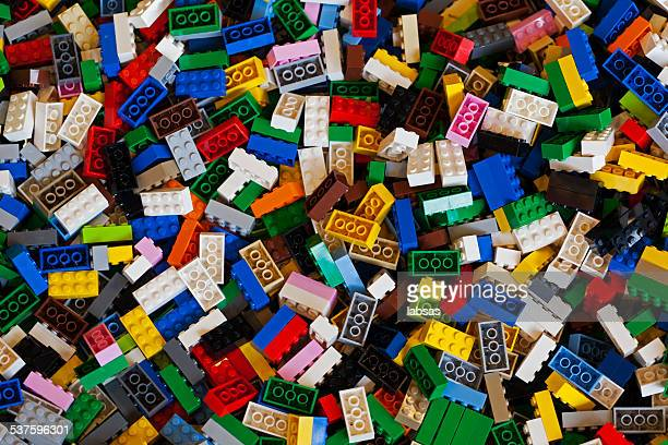 pila de coloridas los ladrillos lego. - lego fotografías e imágenes de stock