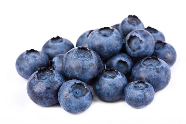pile of fresh blueberries on white - 藍莓 個照片及圖片檔