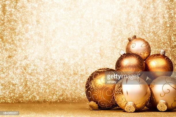Haufen von Golden Weihnachten Kugeln