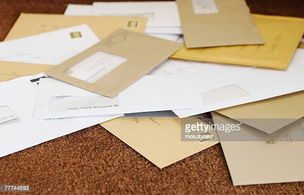 pile of mail on the floor - bericht stockfoto's en -beelden