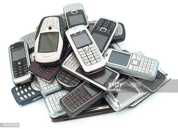 Alte verwendet wird, Mobiltelefone Haufen isoliert auf weiss