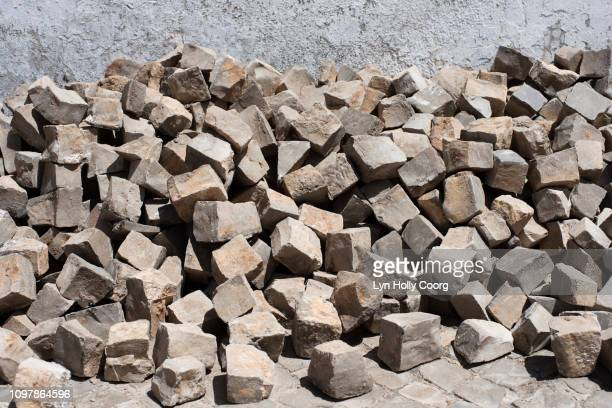 pile of portuguese granite stones - lyn holly coorg photos et images de collection