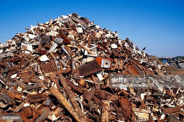 pile of scrap metal in junkyard - ferro velho imagens e fotografias de stock