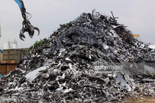 pile of scrap metal - ferro velho imagens e fotografias de stock