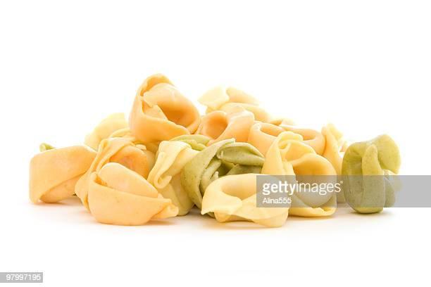 Haufen von tortellini Muscheln auf Weiß