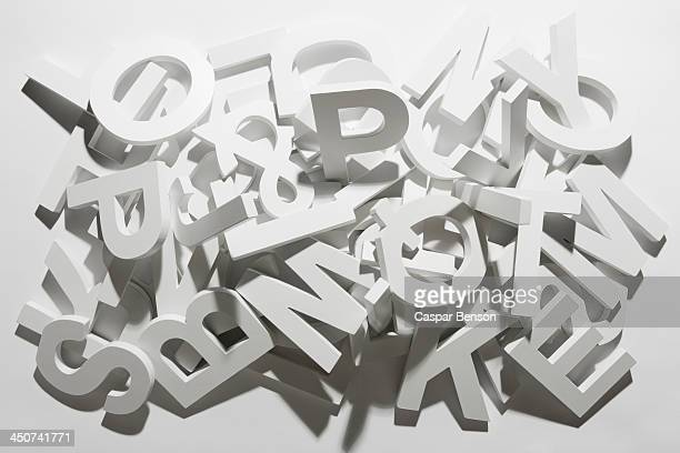 a pile of various white block letters from the alphabet - font photos et images de collection