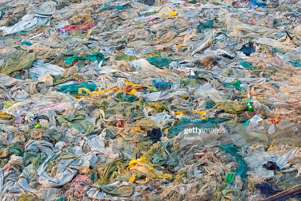 Piled up garbage on the beach of Kaladan River : Foto de stock