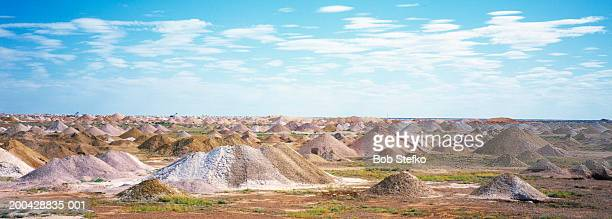 piles of trailings from opal mining - coober pedy foto e immagini stock