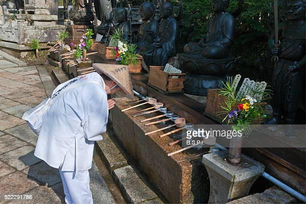 pilgrim at okunoin holy cemetery atop sacred koyasan mountain in wakayama, japan - shingon buddhismus stock-fotos und bilder
