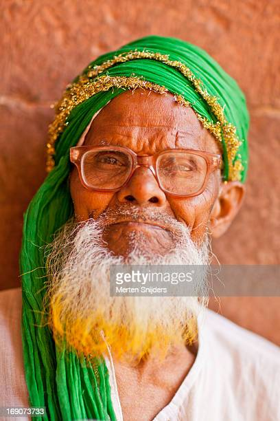 pilgrim with green turban and glasses - merten snijders stockfoto's en -beelden