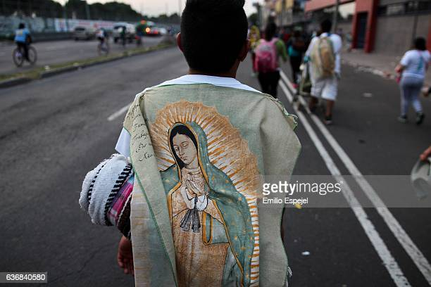 pilgriminage to basilica of guadalupe in mexico - virgen de guadalupe fotografías e imágenes de stock