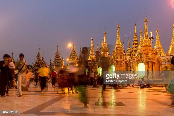 pilgrims and visitors of shwedagon after sunset - merten snijders stockfoto's en -beelden