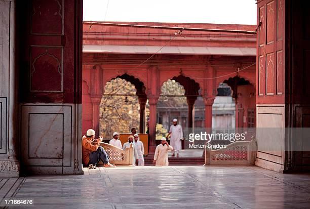 pilgrims approaching jama masjid - merten snijders imagens e fotografias de stock