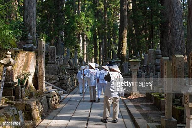 pilgrims at okunoin holy cemetery atop sacred koyasan mountain in wakayama, japan - shingon buddhismus stock-fotos und bilder