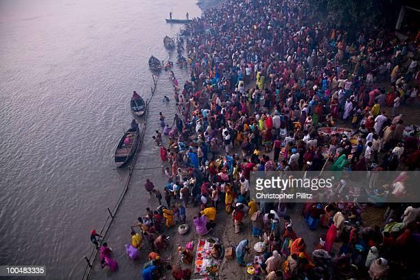 pilgrims bathe, wash clothes, gandak river, bihar - patna stock pictures, royalty-free photos & images