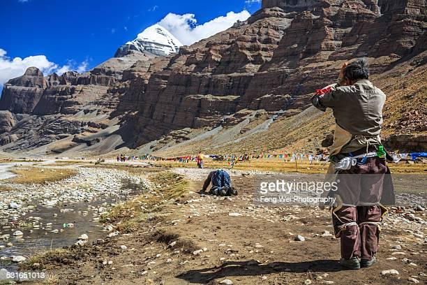 pilgrims doing kora around mount kailash, tibet - mt kailash stock pictures, royalty-free photos & images
