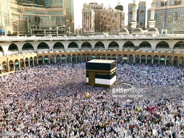 pilgrims in al-haram mosque - kaaba photos et images de collection