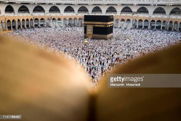 pilgrims in al-haram mosque - hajj photos et images de collection
