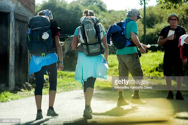 pellegrini in'camino de santiago'. - cammino di santiago di compostella foto e immagini stock