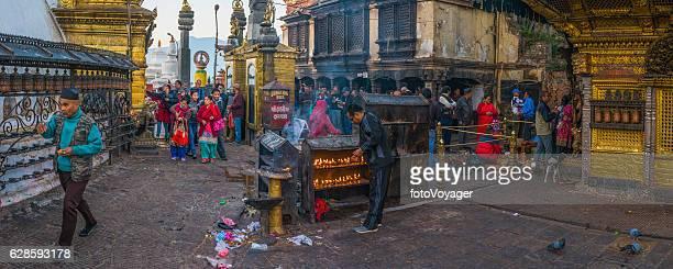 スワヤムブナート猿の寺院のパノラマカトマンズネパールで巡礼者の朝の祈り - カトマンズ ダルバール広場 ストックフォトと画像