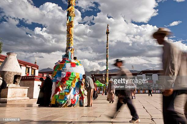 pilgrims passing jokhang monastery on barkhor square in clockwise direction. - merten snijders stockfoto's en -beelden