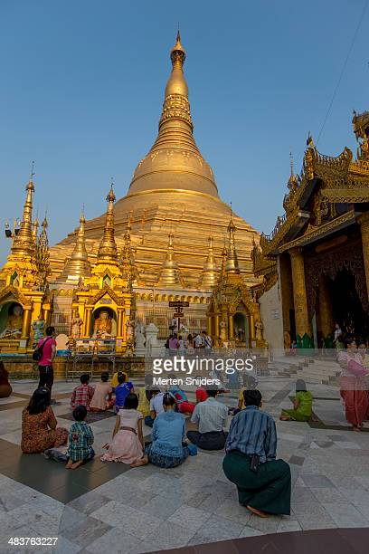 pilgrims praying to shwedagon pagoda - merten snijders stockfoto's en -beelden