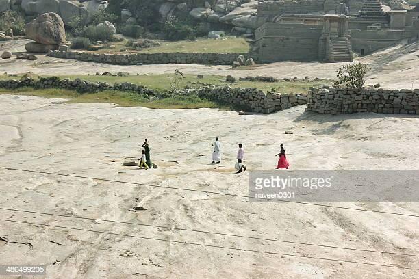 Pilger auf Stein schneebedeckten Pfad in Hampi, Indien
