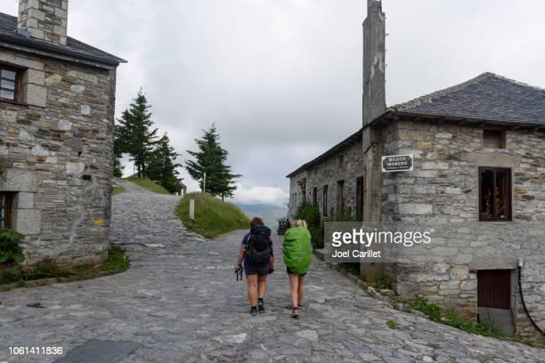 pilgrims walking through o cebreiro on camino de santiago - cammino di santiago di compostella foto e immagini stock