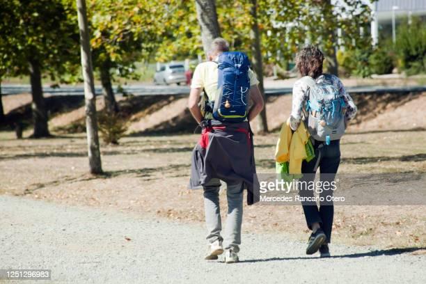 peregrinos con mochila en el 'camino de santiago' - peregrino fotografías e imágenes de stock