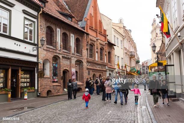 rue pilies à vilnius, lituanie - lituanie photos et images de collection