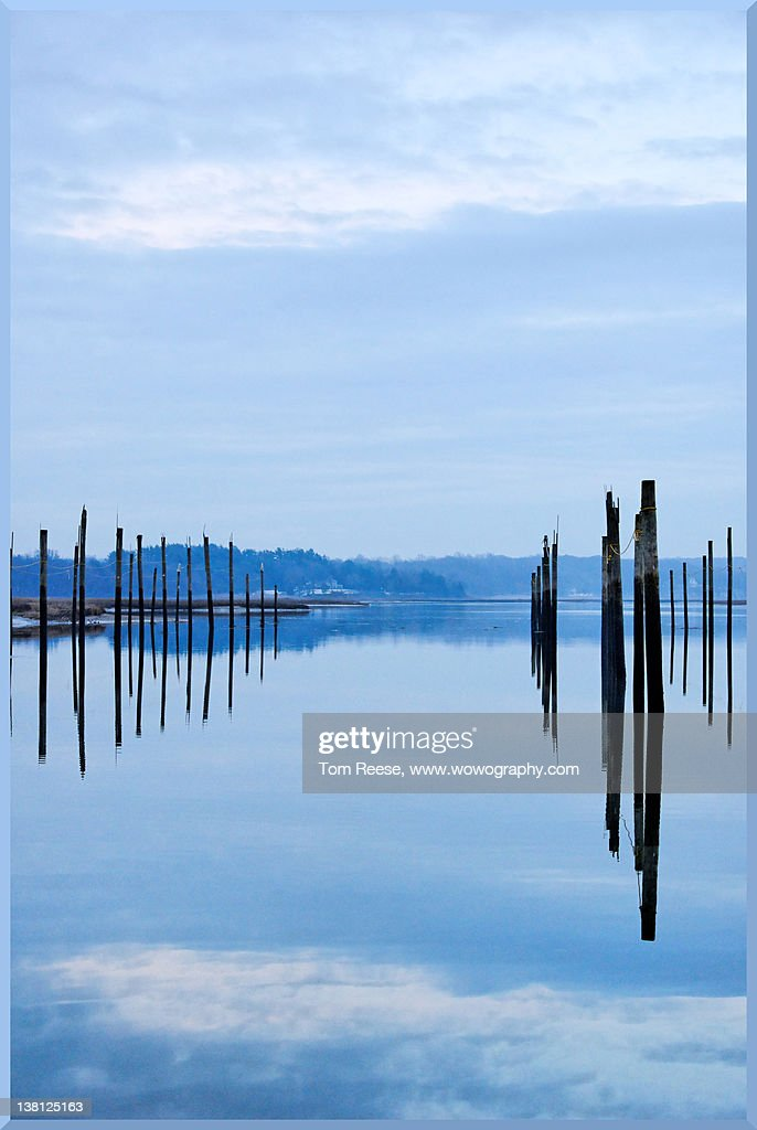 Pilings at sea with floating docks : Stock-Foto