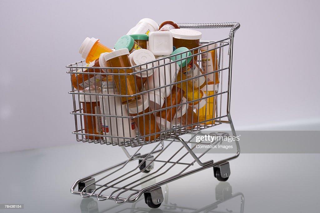 Pill bottles in shopping cart : Stockfoto