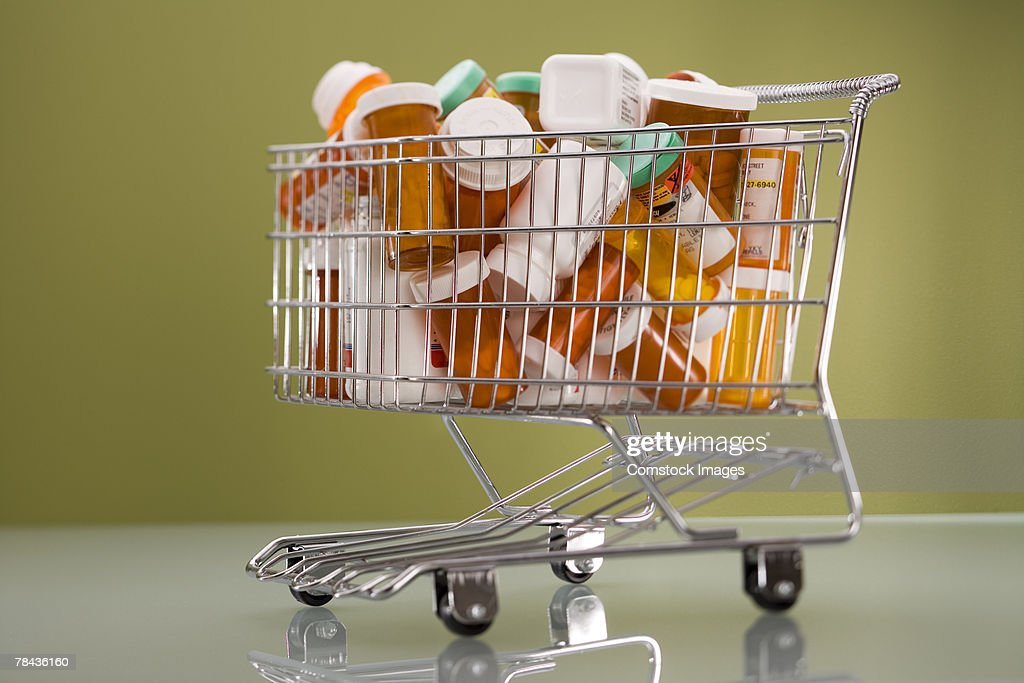 Pill bottles in shopping cart : Stockfoto